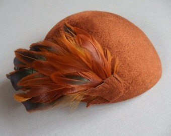 Dutch design cognac colour felt hat with feathers on comb