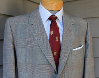 Stunning vintage c. 1962 -Oxxford- Men's 2 piece suit. Glen Plaid. Darted 3 button closure with Pleated pants. Size 44 Reg x 38 Waist