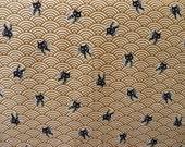 Tissu japonais chat maneki-neko sur motif vague seigaiha bronze foncé 50 * 110