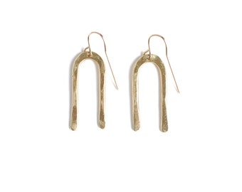Hand-forged brass geometric short earrings | The Imí