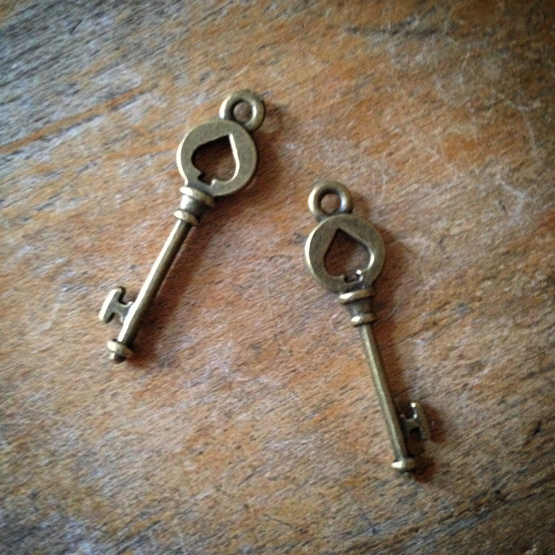 Skeleton key antique bronze vintage style keys pendant charm for Antique looking keys
