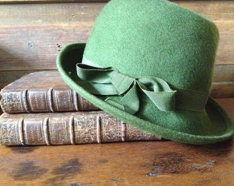 Vintage Henry Pollak Felted 100% Wool Green Derby Fedora Hat ~ Grosgrain Ribbon Bow