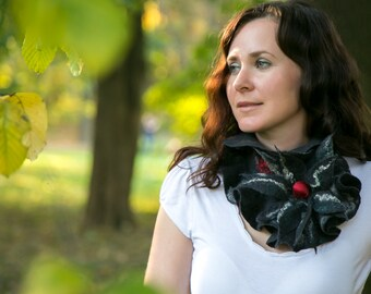 Felted ruffle scarf from Merino wool fibres in Black/Red color