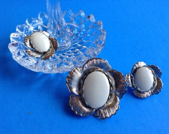 Silver flower clip earrings and brooch set