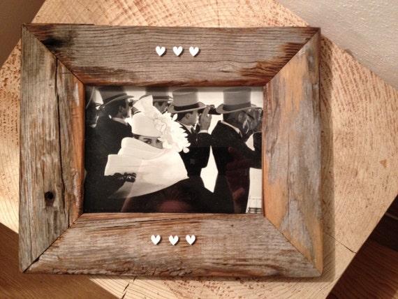 Cornice in legno di recupero decorata con cuori for Cornice foto legno