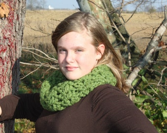 Green Chunky Cowl, Crocheted Scarf. Infinity Scarf, Soft and Warm Accessory, Women's Cowl