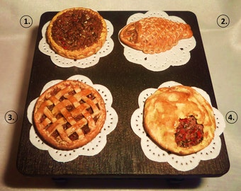 Dollhouse miniature 1:12 pie, meat pie and pastries.