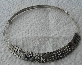 Vintage collar choker necklace made of silvertone metal and rhinestones