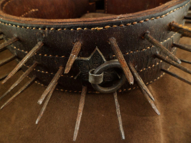 ancien collier de chien anti loup en cuir et clou fer forg. Black Bedroom Furniture Sets. Home Design Ideas
