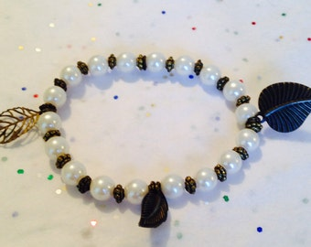 pearl beaded bracelet. Pearl stretch bracelet. Adjustable bracelet. Leaf bracelet. Leaf jewelry. Beads and leaves bracelet. TBFB0326