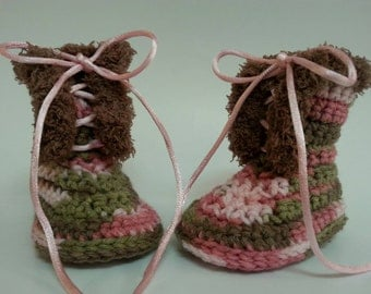 Crochet infant girls camo lace up boots.