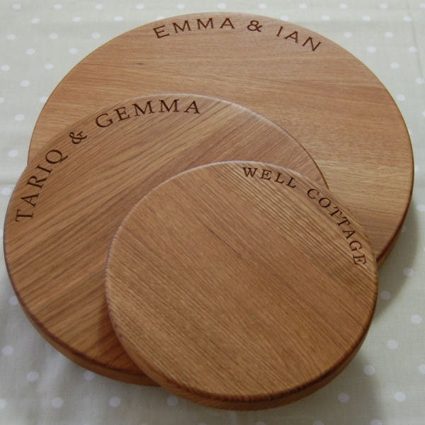Solid oak hand crafted round cheese board personalised - Engraved wooden chopping boards ...