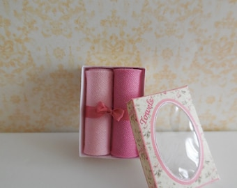1:12 DOLLHOUSE Towels box decorated with a bow.  Pink