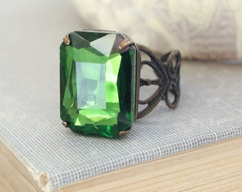 Green Glass Ring Romantic Big Rhinestone Jewel Cocktail Ring Modern Glam Statement Jewelry Adjustable Filigree Ring Vintage Style Christmas