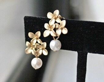 Pearl Earrings. White Pearl Earrings.Gold and Pearl.Gold Flower Earrings. Bridesmaid Earrings.Wedding.Bridal Jewelry.Simple Gold Earrings.