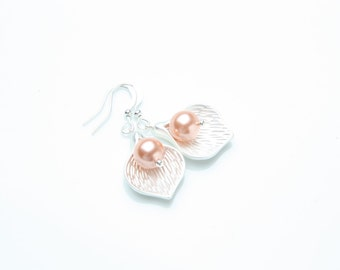 Bridesmaid earrings, peach pearl earrings, Silver calla lily earrings, peach wedding jewelry, peach bridesmaid earrings, maid of honor gift