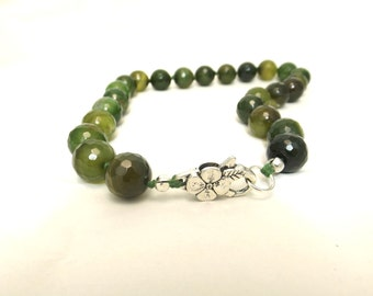 Green necklace with agate Stones. Green choker necklace. Short necklace
