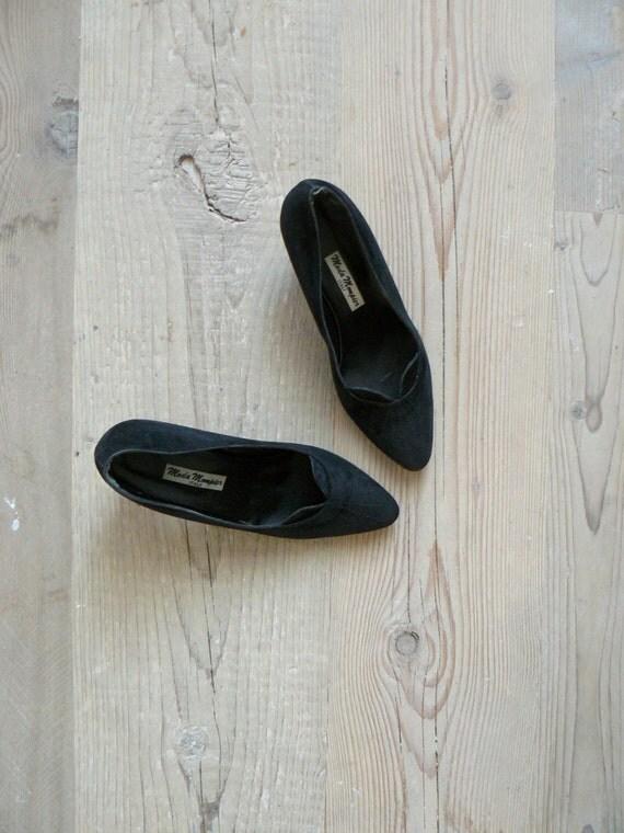 Vintage 1980s shoes. black heels. kitten heels