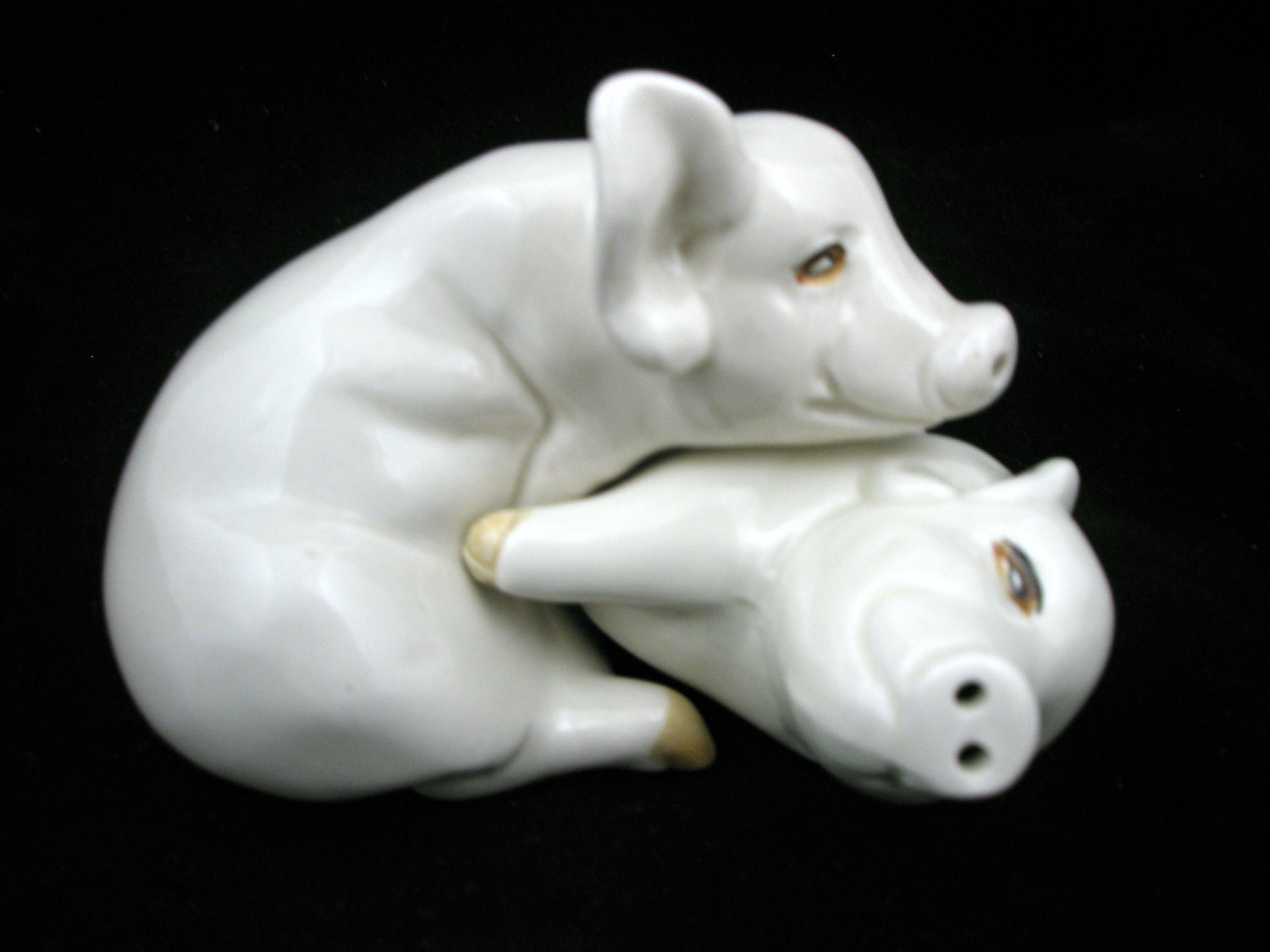 Hugging pigs salt and pepper shakers set fitz and floyd 1976 - Hugging salt and pepper shakers ...