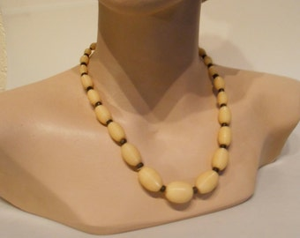 A Piffle Valve - Vintage 1930s Butter Yellow & Black Plastic Celluloid Single Beaded Necklace