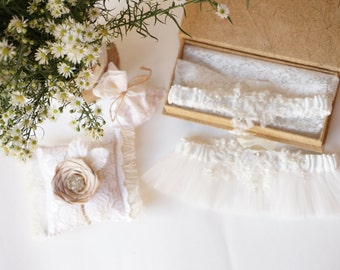 wedding garter / Royalty Alencon Lace Bridal Garter Set / lace garter / toss garter / vintage inspired lace garter - Ready to Ship