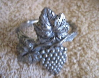 Grape Vines  Napkin Ring  Collectible Vintage  CL14-36