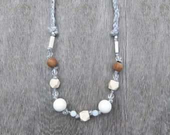 Moderne and Geometric necklace, braided wool, wood, glass and acrylique beads - beige white grey - adjustable long or short closes by knot