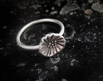 Flower ring in sterling silver. Handmade, oxidized.