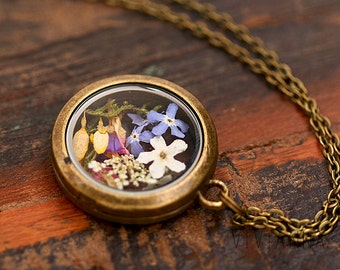 Glass medallion necklace with real flowers K269