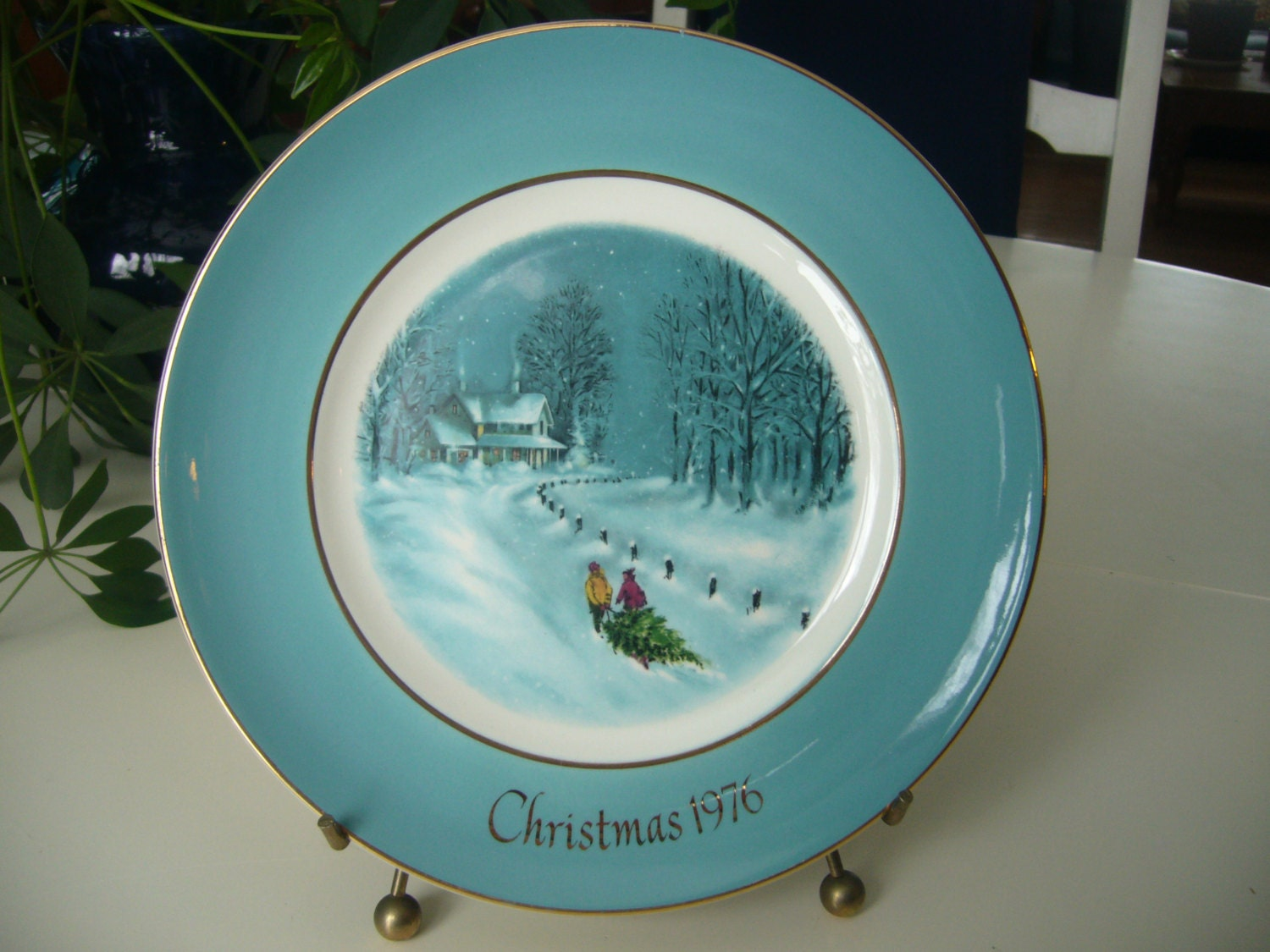 Vintage 1976 Avon Christmas Plate Bringing Home The Tree