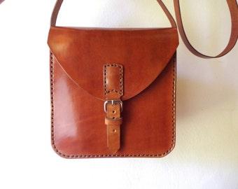 Leather bag. Handmade leather bag. Crossbody bag. Medium size. Light brown. Bag with buckle. Chimango Sur.