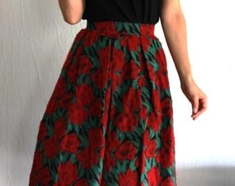 Magnifique jupe en laine avec des fleurs rouges des années 1950