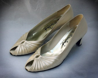 Vintage David Evins ivory white satin peep toe pumps size 7.5 made in Italy 1980s