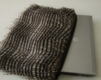 Laptop sleeve 15.6. Furry with longer furs along the edges.
