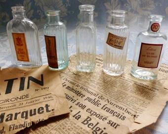 Vintage Français 5 beaux flacons de parfum miniatures, des années 1940, la divine antique, pharmacie, bouteille d'extrait de plante, antique de Paris à collectionner.