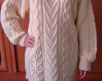Women's cable knit creamy-natural sweater pullover. Size M-L