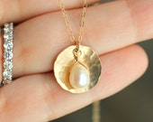 Pearl Necklace, Hammered Gold Circle Pendant, Eternity Circle Necklace, Gold Pearl Necklace, Circle Necklace, Sister, Bridesmaid Necklace