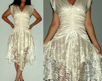 868 XS S Vtg 70s Slinky White Ruched Scalloped Lace Deep V Hanky Hem Cocktail Dress
