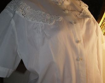 Vintage blouse with lace collar