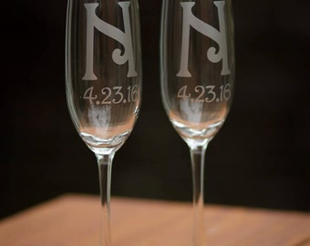 Custom wedding flutes, Monogram champagne glasses, personalized toasting flutes set of 2. Bride and Groom. Wedding gift, couples gift idea