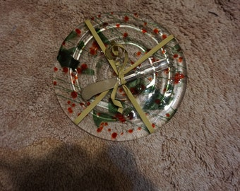 Cheese plate with green and red