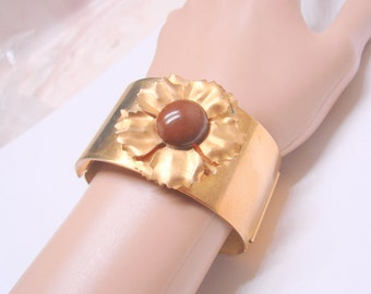 Wide Chunky Vintage Retro Hinged Goldtone Lucite Floral Bangle Bracelet / Jewelry / Jewellery