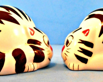 Ceramic Cat Salt and Pepper Shakers, Black and White Striped, Amusing Kitty's, Vintage Kitty Shakers, Feline Figurines, Kitchen Decor