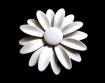 Vintage  White Enamel Daisy Flower Power Hippie Era Metal Pin