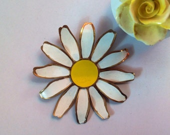 Daisy brooch in white with yellow face