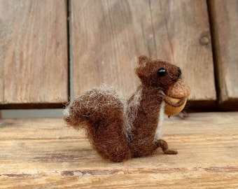 Squirrel miniature doll Felt Squirrel with acorn Tiny animal Waldorf doll Art figure Dollhouse mini chipmunk Woodland Needle felt squirrel