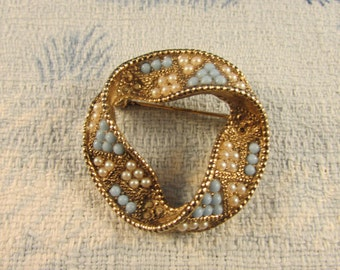 1950s gold-tone topaz & faux seed pearl twisted ribbon-style brooch