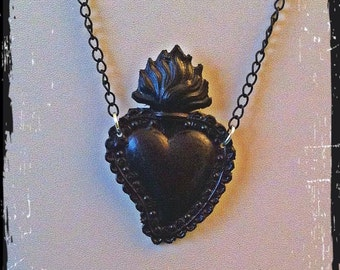 Metal necklace with sacred heart. Nera.