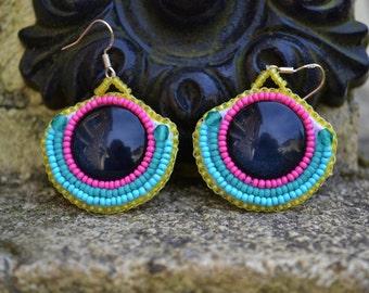 Boucles d'oreilles muticolores en perles de rocailles brodees