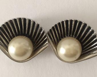 Vintage fan pearl clip earring